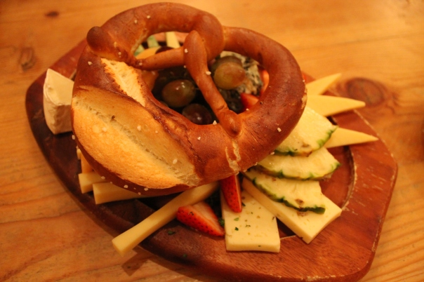 käsebrett mit früchten